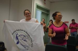 Mariza e Fabi com a bandeira da Apafec