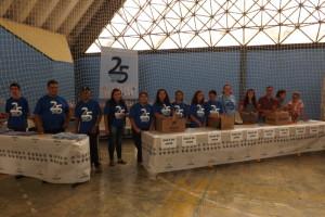 Conselho de entidades entregando maça do amor na 2ª ação social 19-03 (2)